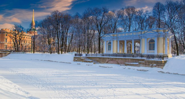 St. Petersburg. Mikhailovsky garden. Pavilion Rossi. Frozen Moika river. Winter in Russia. Travelling to Saint Petersburg. Empire style pavilion. Фото GrinPhoto-Deposit