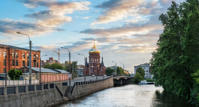 Клуб Павла Аксенова. Россия. Санкт-Петербург. Обводный канал. Panorama of Obvodny Canal Embankment. St. Petersburg. Russia. Фото yulenochekk-Depositphotos