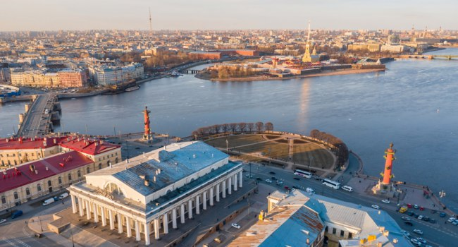 Стрелка Васильевского острова. Spit of Vasilyevsky Island, the Stock Exchange building. Rostral columns. And the Peter and Paul Fortress. Фото aapsky - Depositphotos