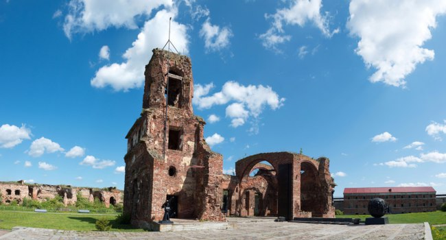 Креспость Орешек. Ruins of the Cathedral of St. John the Baptist in Fortress Shlisselburg, aka Oreshek on island in St. Petersburg region, Russia. Фото lexan76 - Depositphotos