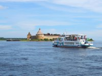 Крепость Орешек (Шлиссельбург). Pleasure boat Millenium-1 floats to the fortress Oreshek. Shlisselburg, Leningrad region. Фото sikaraha - Depositphotos