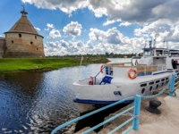 Крепость Орешек (Шлиссельбург). Historical fortress Oreshek is an ancient Russian fortress. Cruise passenger ship at the pier on Neva river. Фото blinow61 - Depositphotos