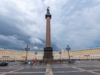 Россия. Санкт-Петербург. Дворцовая площадь. Alexander Column in the center of Palace Square, St. Petersburg. Russia. Фото Lindrik - Depositphotos