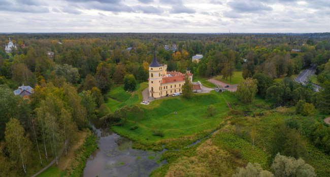 Замок Мариенталь в Павловске. Old Bip Castle in the autumn landscape (aerial photography). Pavlovsk, neighborhood of St. Petersburg. Фото sikaraha-Deposit