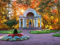 Павловск. Rossi Pavilion and the monument to Maria Fedorovna in Pavlovsk, a suburb of St. Petersburg, in flowers on an autumn sunny evening. Фото yulenochekk-Dep