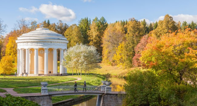 Государственный музей-заповедник Павловск. Temple of Friendship in Pavlovsk park in autumn. It was built by Charles Cameron in 1782. Фото paanna-Deposit