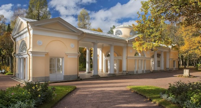 Государственный музей-заповедник Павловск. Павильон Вольера. Picturesque pavilions in Pavlovsk Park, Saint Petersburg. Фото irisphoto11 - Depositphotos