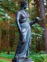 Государственный музей-заповедник Павловск. Statue of a woman in Pavlovsk park, suburb of St. Petersburg. Фото torishaa - Depositphotos