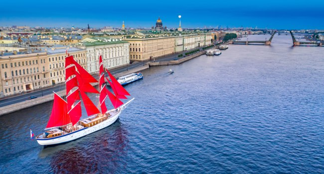 Saint Petersburg. White Nights. Travel to Russia. Palace Embankment in St. Petersburg. Scarlet Sails. White Nights in St. Petersburg. Divorced bridges. Фото GrinPhoto-Deposit