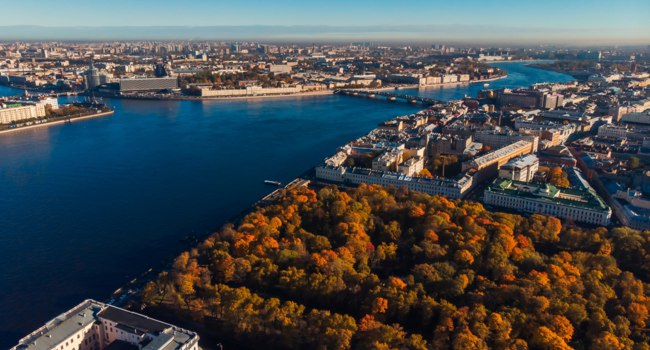 Россия. Санкт-Петербург. Летний сад. Park with Golden shade trees, shipping deep blue Neva river, bridges of St. Petersburg, Russia. Фото ParStud - Depositphotos