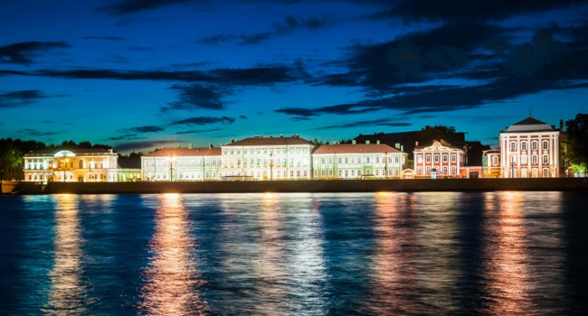 Night view of Vasilievsky island in Saint-Petersburg, Russia, with famous Twelve Collegia and State university buildings. Фото Romas_ph - Depositphotos