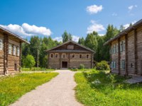 Old wooden houses of the village on the Svir river bank. Mandrogi, Russia. Фото giuseppemasci.me.com-Depositphotoss