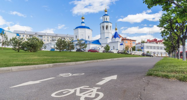 Татарстан. Казань. Церковь Святой великомученицы Параскевы Пятницы. Bicycle path near the Paraskeva Fridays Church in Kazan. Фото TischenkoPhoto-Deposit