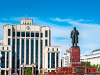 Россия. Татарстан. Казань. Statue of Vladimir Lenin in front of the Tatarstan Government in Kazan, Russia. Фото Leonid_Andronov - Depositphotos