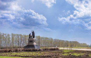 Россия. Город-герой Тула. Monument to Sergius of Radonezh and Dmitry Donskoy on Kulikovo Field. Фото yulenochekk - Depositphotos