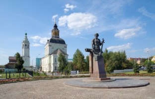 Россия. Город-герой Тула. Monument to Nikita Demidov on the background of Nikolo-Zarechenskaya Church. Фото koromelena.yandex.ru - Depositphotos