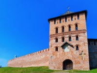 Россия. Великий Новгород. Новгородский детинец. Fortification tower with walls of the Kremlin in Veliky Novgorod in Russia. Фото erix2005 - Depositphotos