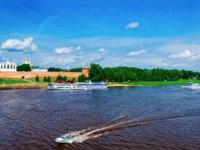 Россия. Великий Новгород. Новгородский детинец. Fortification walls of Kremlin and Excursion boats at Volkhov River in Veliky Novgorod. Фото erix2005 - Deposit