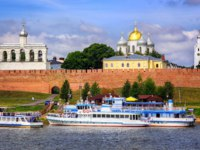 Россия. Великий Новгород. Новгородский детинец. Novgorod Kremlin with red brick walls and white churches with golden and silver domes. Фото Xantana - Deposit