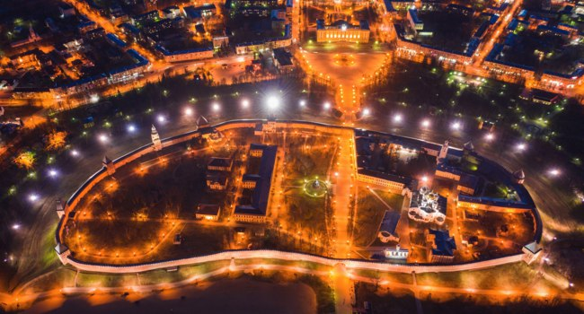 Россия. Великий Новгород. Новгородский детинец. Night view from a bird's eye view of the city center Veliky Novgorod. Фото druii - Depositphotos