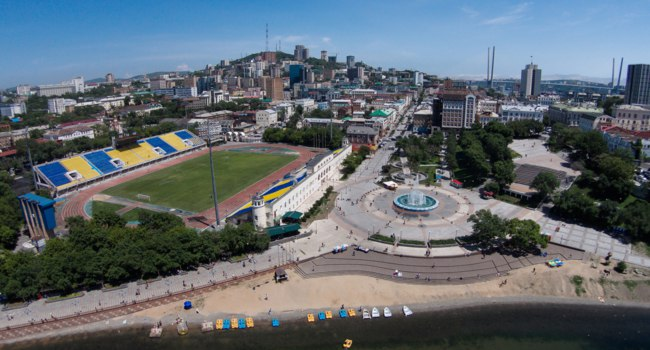 Россия. Панорама Владивостока. The sports embankment of Vladivostok taken from a height. The big fountain in Vladivostok. Russia. Фото PrimDiscovery-Deposit