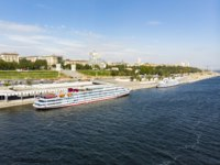 Россия. Волгоград. A cruise ship with tourists on the Volga stands at the pier on the central promenade of the city of Volgograd. Russia. Фото shanek-08 - Depositphotos