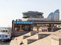 Россия. Волгоград. View of the building of the Volgograd river port and jetties with moored river boats in Volgograd Russia. Фото shinobi - Depositphotos