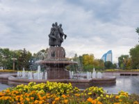 Волгоград. Центральная набережная. Fountain Art (Friendship of Peoples on the Central Embankment G. Volgograd in cloudy weather. Фото Gaika1967 - Depositphotos