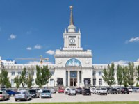 Волгоград. The building of the Central railway station after reconstruction with adjacent Parking at station square in Volgograd, Russia. Фото shinobi - Depositphotos