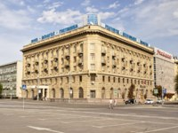 Россия. Волгоград. The facade of the hotel Intourist is located near the Alleys of heroes in the city center in Volgograd, Russia. Фото shinobi - Depositphotos
