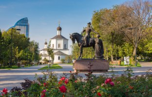 Monument to the Cossacks (Gregory and Aksinya from the novel Quiet Don). Sculptor Vladimir Seryakov of the Church of St. John the BaptistФото Gaika1967-Deposit
