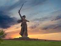 Россия. Город-герой Волгоград. Mamaev Kurgan. View of the statue Motherland at sunset. Фото mihrzn - Depositphotos