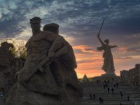 Россия. Город-герой Волгоград. Mamayev Kurgan. View of the statue Motherland and Soldier at sunset. Volgograd. Фото mihrzn - Depositphotos