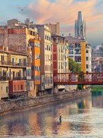 Клуб Павла Аксенова. Испания. Каталония. Жирона. Sunset in Old Girona town, view on river Onyar. Фото lena_serditova@mail.ru - Depositphotos