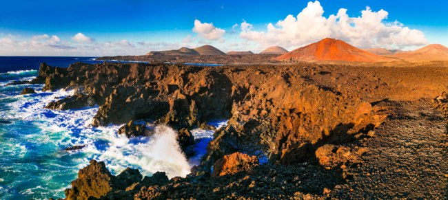 Испания. Канарские острова. Лансароте. Los Hervideros lava's caves in Lanzarote island, popular touristic attraction. Canary islands. Фото Maugli - Depositphotos