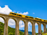 Франция. Пиренеи. The Yellow Train (Train Jaune) on Sejourne bridge - France, Pyrenees-Orientales. Фото Leonid_Andronov - Depositphotos