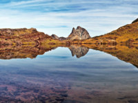 Pic du Midi d'Ossau in center, small lake in Anayet plateau in Spanish Pyrenees, Aragon. Фото sasha64f - Depositphotos