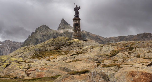Швейцария. Перевал Большой Сен-Бернар. Statue of Saint Bernard at the Great St Bernard Pass, Switzerland. Фото irisphoto11 - Depositphotos