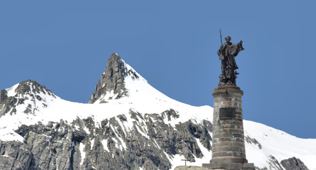 Швейцария. Перевал Большой Сен-Бернар. Statue of Saint Bernard at the Great St Bernard Pass, Switzerland. Фото jehoede - Depositphotos