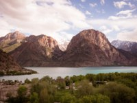 Таджикистан. Фанские горы. Landscape of beautiful rocky Fan mountains and Iskanderkul Lakes in Tajikistan. Фото Strannik_Fox - Depositphotos