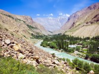 Клуб путешествий Павла Аксенова. Таджикистан. Pamir mountain morraine river and green lonely village under blue sky. Фото lmeleca - Depositphotos