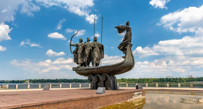Украина . Киев. Monument to the founders of Kiev Kiy, Schek, Khoryv and Lybid. The Dnieper riverside. Ukraine. Фото Leonid_Andronov - Depositphotos