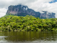 Венесуэла. River Carrao and tepui (table mountain) Auyan in National Park Canaima, Venezuela. Фото mathes - Depositphotos