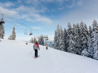 Winter mountain landscape with skiing slope. Фото leonid_tit Depositphotos