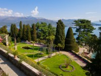 Озеро Маджоре. Baroque garden of Isola Bella, is one of the Borromean Islands of Lake Maggiore. Фото elitravo - Depositphotos