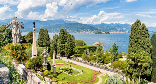 Италия. Озеро Маджоре. Baroque garden of Isola Bella, is one of the Borromean Islands of Lake Maggiore. Фото elesi - Depositphotos