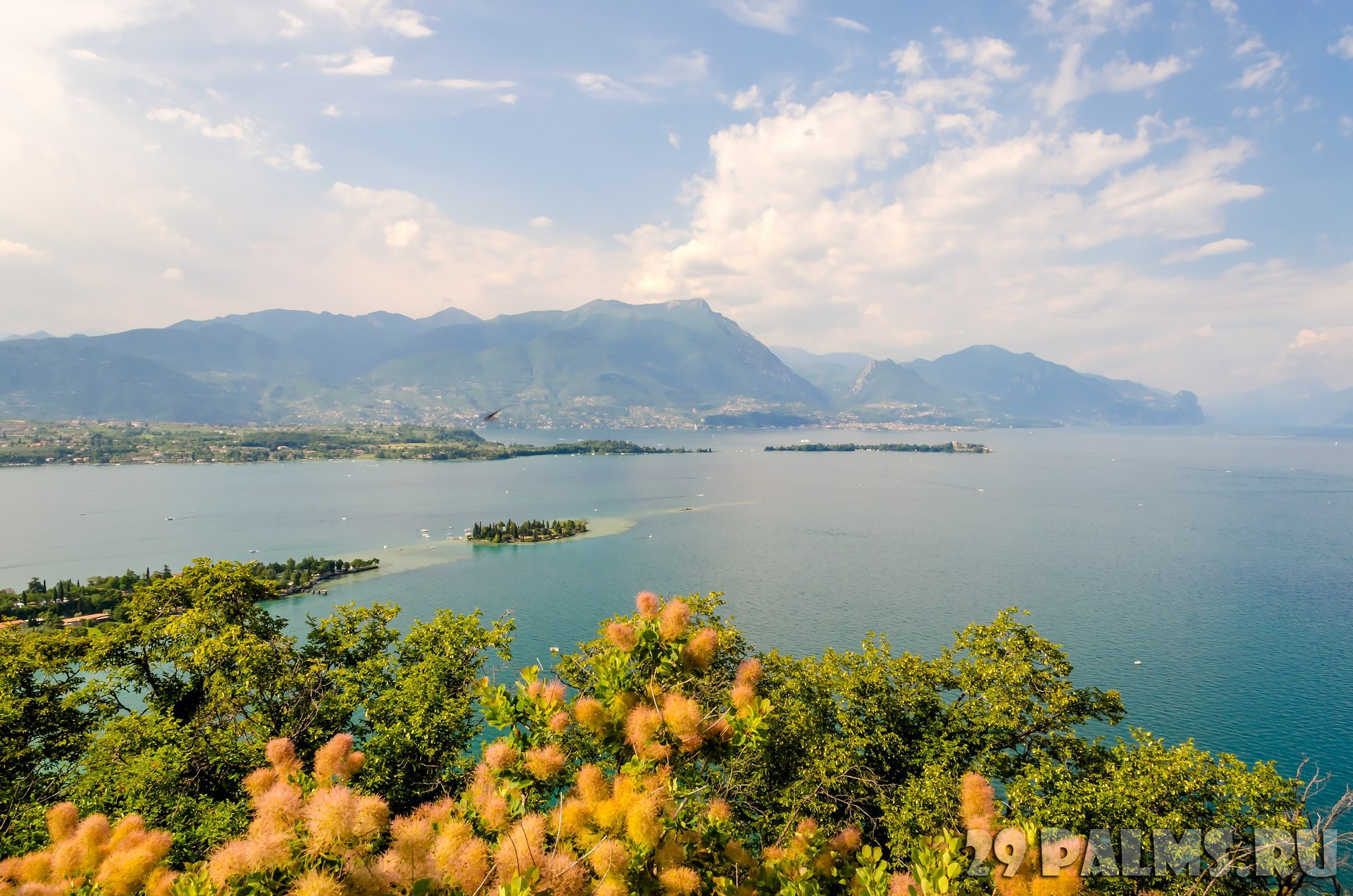 Италия. Озеро Гарда. View from the Manerba Rock on Lake Garda, Italy. Фото marcorubino - Depositphotos