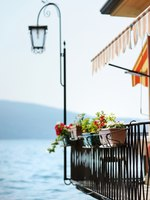 Италия. Озеро Гарда. Гарньяно. Hanging flowers in Gargnano. Фото maximkabb - Depositphotos