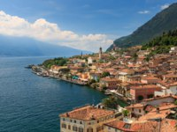 Италия. Озеро Гарда. Panoramic view of Limone sul Garda, Italy. Фото meseberg@web.de - Depositphotos