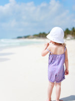 Мальдивы. Maldives. Little cute girl at beach. Фото shalamov - Depositphotos
